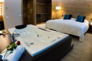 hotel con jacuzzi en la habitación en las afueras de Tarragona