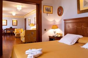clásico hotel con bañera de hidromasaje en el baño en Sevilla