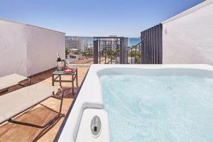 Terraza de hotel con jacuzzi privado