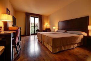 gran hotel con bañera de hidromasaje en Barbastro