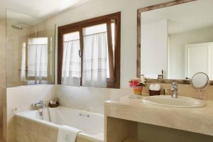 bañera de hidromasaje en la habitación en ávila