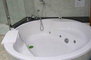 hotel con jacuzzi en la habitación en Castelldefels