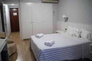hotel con jacuzzi en la habitación en Cataluña