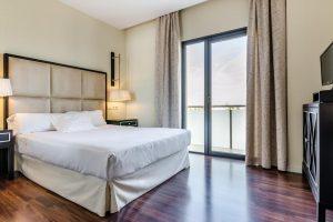 elegante hotel con bañera de hidromasaje privada en Los Alcázares