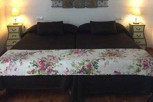 Apartamento Rurales con bañera de hidromasaje al frente de la cama en Medina Sidonia