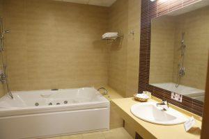 Hotel en la playa con bañera de hidromasaje en la habitación en Cádiz