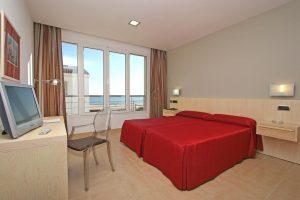 Hotel playero con bañera de hidromasaje en la habitación en Cádiz