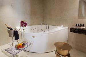 fabuloso hotel con bañera de hidromasaje en la habitación en Málaga