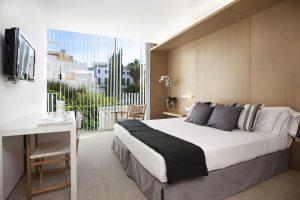hotel con jacuzzi en la habitación en Sitges
