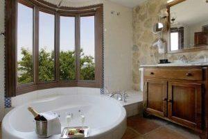 hotel con bañera de hidromasaje en la habitación en la Vall de Laguar
