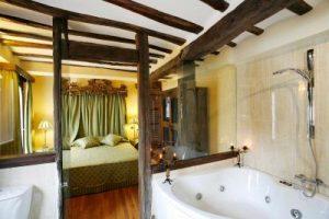 hotel familiar con bañera de hidromasaje en la habitación en La Rioja
