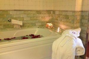 bonito hotel con bañera de hidromasaje en la habitación en Ainsa