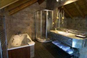 hotel con bañera de hidromasaje en la habitación en el pueblo de Escaló