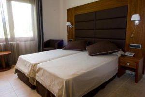 hotel con bañera de hidromasaje en la habitación en la provincia de Lleida