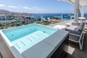 Gran hotel de playa con bañera de hidromasaje en la habitación en Tenerife