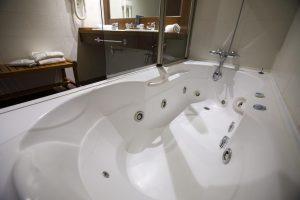 cómodo hotel con bañera de hidromasaje en Barbastro