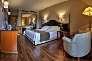 lujoso hotel con bañera de hidromasaje privada en el centro histórico de Toledo