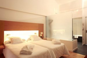 espectacular hotel con bañera de hidromasaje en la habitación en Huesca