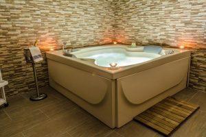 lujosa casa de campo con bañera de hidromasaje en la habitación en Toledo