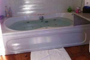 hotel rural con bañera de hidromasaje en la habitación en lleida
