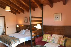 hotel rural con bañera de hidromasaje en la habitación en