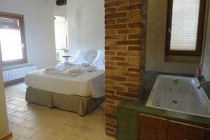 hotel con bañera de hidromasaje en la habitación en el Priorat