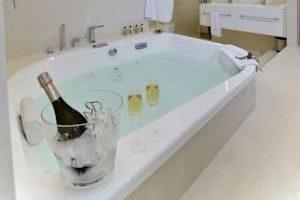 hotel boutique con bañera de hidromasaje en la habitación en Girona