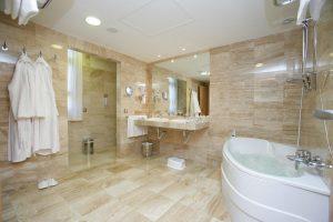 hotel de gran calidad con bañera de hidromasaje en el baño en Gran Canaria
