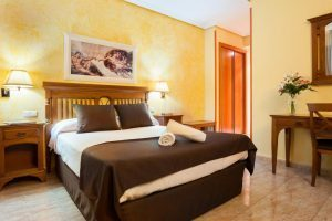 moderno hotel con bañera de hidromasaje en la habitación en La villa de Yuncos