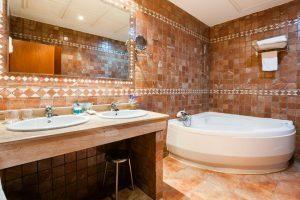 sofisticado hotel con bañera de hidromasaje en La villa de Yuncos