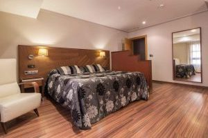 hotel de 3 estrellas con bañera de hidromasaje en la habitación en Murcia