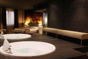 hotel playero con bañera de hidromasaje en la habitación en Tarragona