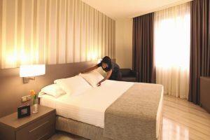 hotel con bañera de hidromasaje en la habitación en Tarragona