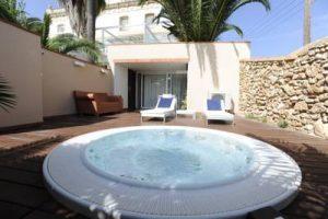 hotel con bañera de hidromasaje en la terraza privada en el Oasis de Alcanar