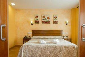 Buen hotel con bañera de hidromasaje en el baño privado en Toledo