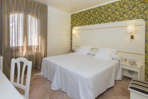 hotel con bañera de hidromasaje en el cuarto en la playa de Port de la Selva