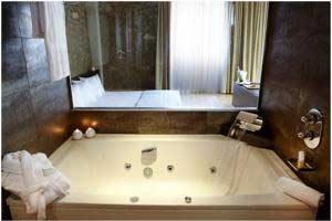 hotel con bañera de hidromasaje en la habitación en Lleida, Cataluña