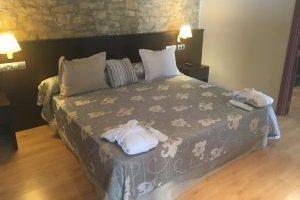 hotel con bañera de hidromasaje en la habitación en Lleida