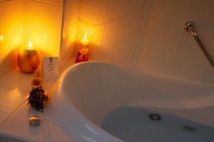cálido hotel con bañera de hidromasaje privada en Toledo