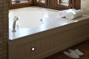 Lujoso hotel con bañera de hidromasaje en la habitación en Murcia
