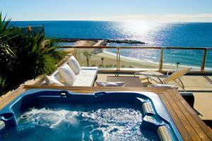 hotel con bañera de hidromasaje en la terraza en Marbella