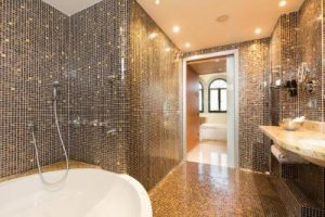 hotel 4 estrellas con bañera de hidromasaje en la habitación en Cataluña