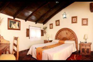 Casa rural con jacuzzi en la habitación en Cáceres