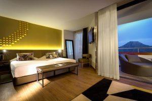 Vanguardista hotel con bañera de hidromasaje en la habitación en Adeje