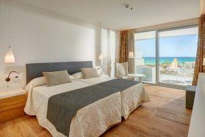 idílico hotel con bañera de hidromasaje en la terraza privada en Playa de Palma