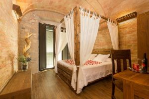hotel con bañera de hidromasaje en la habitación en Girona
