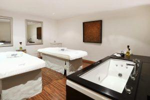 impresionante hotel con bañera de hidromasaje privada en la habitación en Mallorca