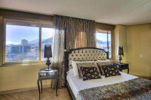 clásico hotel con bañera de hidromasaje en la habitación en Jaén