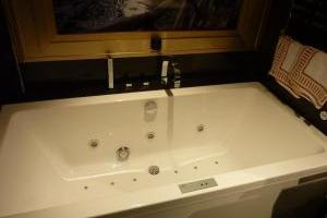 hotel de diseño con bañera de hidromasaje en la habitación en Jaén