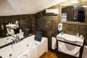Hotel con jacuzzi en la habitación en Alcalá de Henares